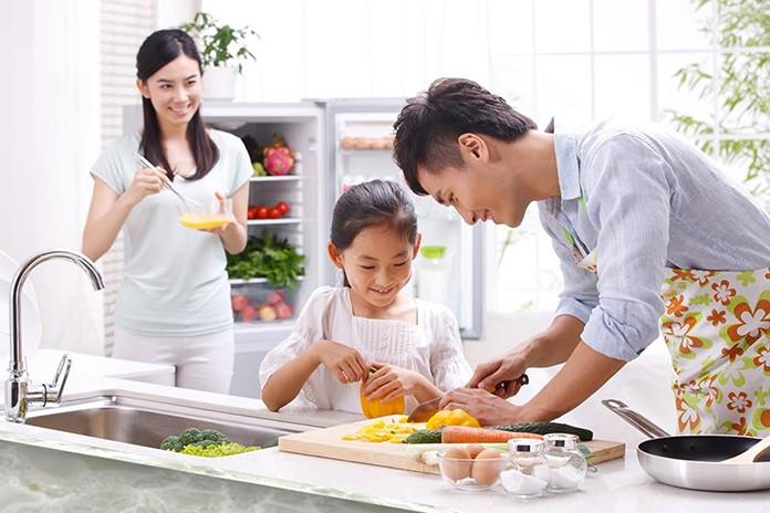 Dạy bé nấu ăn cùng ba mẹ tại nhà, lợi ích nhiều không tưởng!|MamiTalk | MamiBuy
