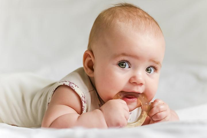 Có nên dùng miếng gặm nướu cho bé ? - ảnh 3